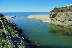 Aliso-Nebenfluss, der in den Ozean an Aliso-Strand, Laguna Beach, Kalifornien ausläuft Lizenzfreie Stockbilder