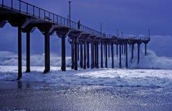 Aliso pir under en storm i Laguna Beach, Kalifornien Royaltyfri Fotografi