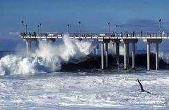 Aliso pir under en storm i Laguna Beach, Kalifornien Royaltyfria Foton