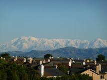 Aliso Viejo et neige Mt San Antonio photo libre de droits