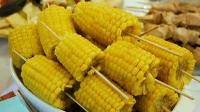 Aliste el maíz hervido en los palillos almacen de metraje de vídeo