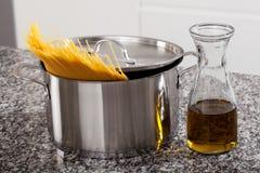 Aliste el sistema para cocinar las pastas para el almuerzo imágenes de archivo libres de regalías