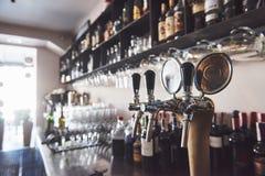 Aliste a la pinta de cerveza en una barra en un pub de madera del estilo tradicional imagen de archivo