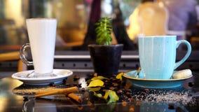 Aliste para beber las tazas de café en el escritorio Imagen de archivo