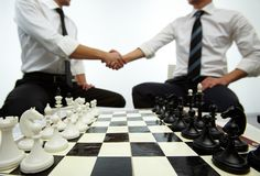 Aliste para jugar a ajedrez fotos de archivo