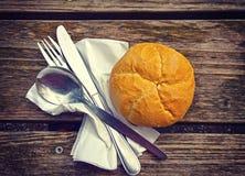 Aliste para la comida, el pan y los platos y cubiertos en la tabla de madera Fotos de archivo