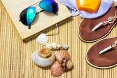 Aliste para los accesorios de la playa-playa Imagenes de archivo