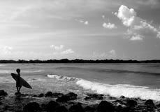 Aliste para practicar surf Fotos de archivo libres de regalías