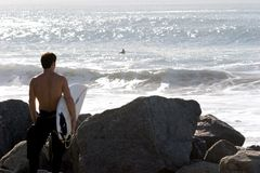 Aliste para practicar surf Fotos de archivo