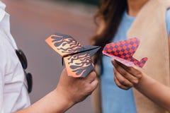 Aliste para volar los aviones de papel coloridos con las manos Imágenes de archivo libres de regalías