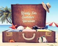 Aliste por las vacaciones de verano - maleta con los accesorios y el espacio del contexto foto de archivo libre de regalías