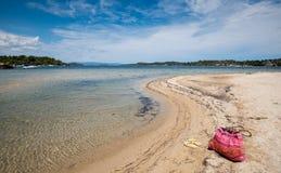 Aliste por vacaciones de verano en una playa idílica Foto de archivo