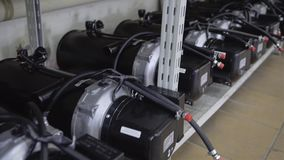 Aliste producir los calentadores para los coches están en el estante Empresa industrial La parte acabada es grande metrajes
