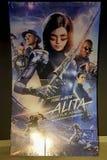 Alita: Affisch för stridängelfilm på bion Filmen är den omkring kvinnliga cyborgen som förlorade hennes minnen arkivbilder
