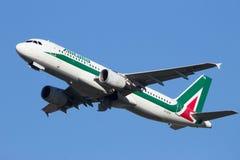 Alitalia Airbus A320-216 Lizenzfreie Stockbilder