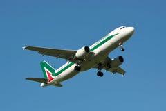 Alitalia Airbus A320 Imágenes de archivo libres de regalías