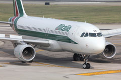 Alitalia - Airbus A320 Photographie stock libre de droits
