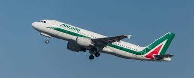 Alitalia Airbus 320 décollant Images libres de droits