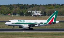 Alitalia Airbus A319 décollent à l'aéroport de Berlin Tegel Image libre de droits