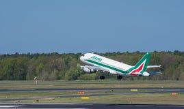 Alitalia Airbus A319 décollent à l'aéroport de Berlin Tegel Image stock