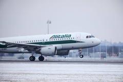 Alitalia Airbus A319-100 EI-IMO que descola no inverno Imagens de Stock Royalty Free
