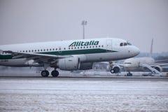 Alitalia Airbus A319-100 EI-IMO que descola no inverno Imagens de Stock