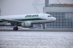 Alitalia Airbus A319-100 EI-IMO que descola no inverno Imagem de Stock Royalty Free