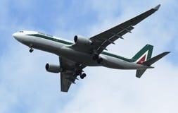 Alitalia Airbus A330 no céu de New York antes de aterrar no aeroporto de JFK Imagem de Stock