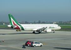 Alitalia Airbus A320 que lleva en taxi en Bolonia Imágenes de archivo libres de regalías