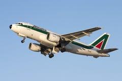 Alitalia A319 apenas transportado por via aérea Imagens de Stock