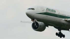 Alitalia Boeing B777 landning på den Narita flygplatsen stock video