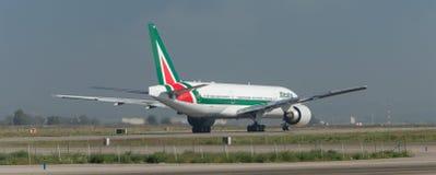 Alitalia Boeing 777 en la pista Foto de archivo libre de regalías