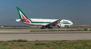 Alitalia Boeing 777 na pasie startowym Zdjęcia Royalty Free