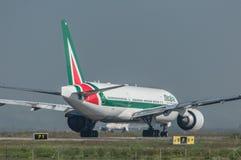 Alitalia Boeing 777 på landningsbanan Fotografering för Bildbyråer