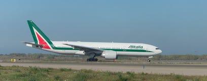 Alitalia Boeing 777 sur la piste Image libre de droits