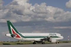Alitalia, das nach der Landung mit einem Taxi fährt Lizenzfreie Stockfotografie