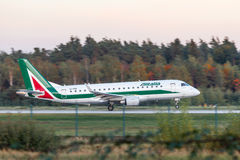 Alitalia Embraer 170 à l'aéroport de Francfort Photos libres de droits