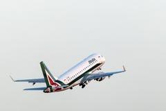 Alitalia Embraer 170 all'aeroporto di Francoforte Immagine Stock Libera da Diritti