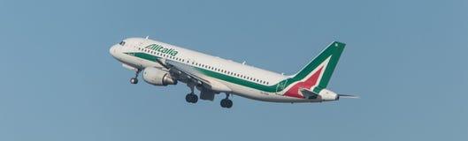 Alitalia-Luchtbus 320 die opstijgen Stock Foto's