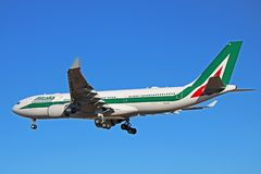 Alitalia-Luchtbus A330-200 op Definitieve Benadering royalty-vrije stock foto's