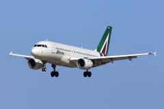 Alitalia A319 na libré a mais atrasada Fotografia de Stock Royalty Free