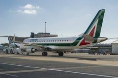 Alitalia samolot i pcha z powrotem Zdjęcia Royalty Free