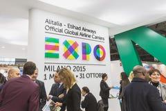Alitalia se tiennent avec le logo d'expo au peu 2015, échange international de tourisme à Milan, Italie Image libre de droits