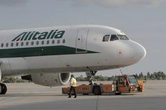 Alitalia som åker taxi på flygplats Arkivfoton