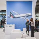 Alitalia står på biten 2015, internationellt turismutbyte i Milan, Italien Arkivbilder