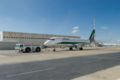 Alitalia-vliegtuig en duwrug Stock Afbeelding
