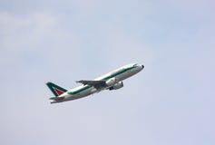 Alitalia vliegtuig het opstijgen Royalty-vrije Stock Fotografie