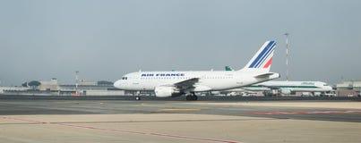Alitalia y Air France en la pista Imágenes de archivo libres de regalías