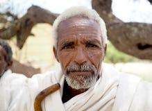 Alitena, Ethiopie - 1er juin 2019 : Le vieil homme en Ethiopie rurale, habillée dans le blanc traditionnel est monté, avec le bât images libres de droits