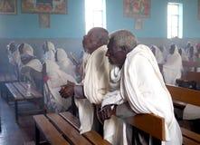 Alitena, Ethiopie - 1er juin 2019 : Les hommes et les femmes assistent à une masse catholique dans une église éthiopienne images stock